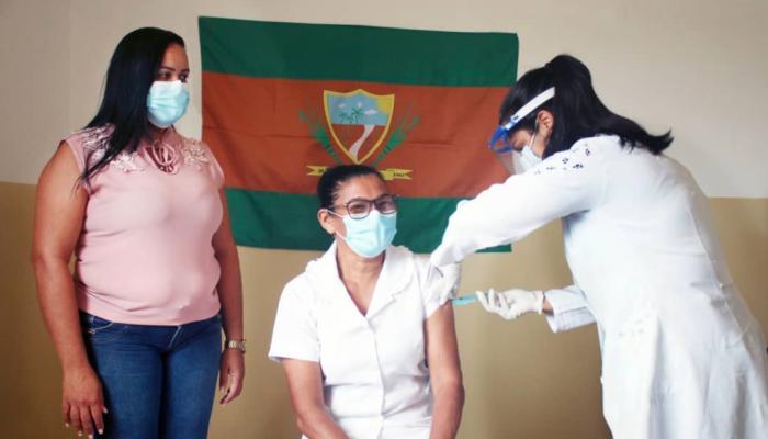 Técnica de enfermagem da unidade mista é a primeira a ser vacinada em Itaquitinga