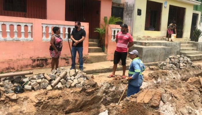 Prefeitura e Compesa realizam as instalações dos canos que abastecem o bairro do Oratório